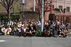 _svenska och japanska spelmän utanför ambassaden i Tokyo
